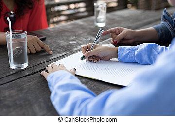 formulaire, business, compléter, main femme, application, stylo