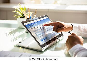 formulaire, ordinateur portable, remplissage, enquête, ligne, homme affaires