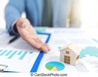 forretningsmand, forevise, af træ, hjem, model, og, firma, graph, forsikring, begreb