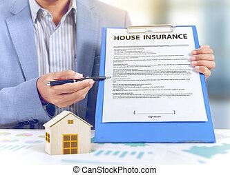 forretningsmand, forevise, politik forsikring, hos, af træ, hjem, model, forsikring, begreb