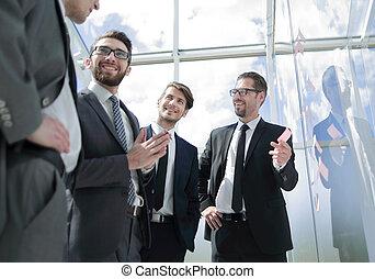 forretningsmand, forklarer, hans, ny branche, ideer, til, hans, kollegaer