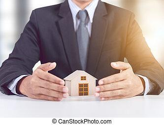 forretningsmand, hånd, afdækket, af træ, hjem, model, forsikring, begreb