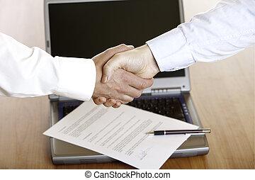 forretningsmand, håndslag, efter, underskrive kontraher