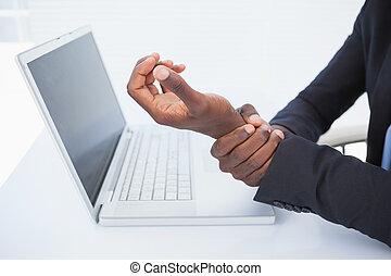 forretningsmand, holde, hans, sore, håndled, af, typing
