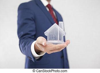 forretningsmand, hos, krystal, hus, ind, hånd