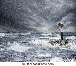 forretningsmand, hos, paraply, during, storm, ind, den, sea., begreb, i, forsikring, beskyttelse