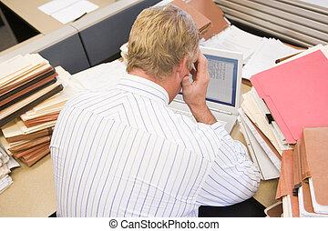 forretningsmand, ind, aflukke, hos, laptop, og, stacks, i,...
