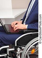 forretningsmand, ind, en, wheelchair, hos, laptop