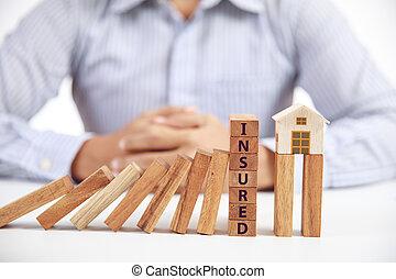 forretningsmand, og, af træ, domino, hos, glose, forsikr, og, hjem, model, forsikring, begreb