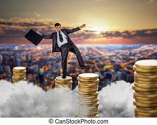 forretningsmand, på, stacks, i, mønter, finansielle, balance