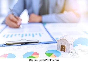 forretningsmand, skriv, branche planlæg, hos, kort, og, af træ, hjem, model