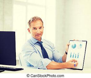 forretningsmand, viser, graferne, og, kort