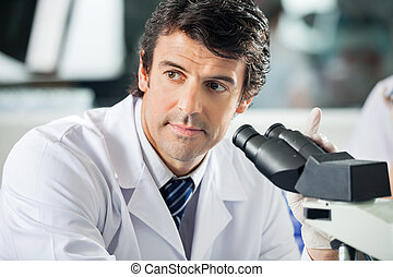 forskare, användande, mikroskop, in, laboratorium