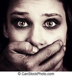 forskrækket, kvinde, offer, i, hjemmemarked, tortur, og,...