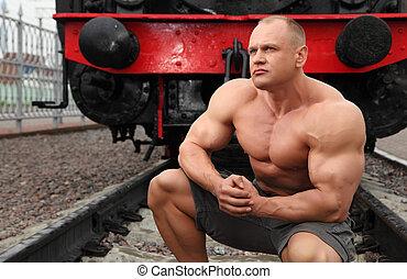 fort, sans chemise, contre, chemin fer, assied, locomotive, homme