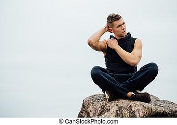 forte, condicão física, homem ioga, em, pose lotus, ligado, a, rocha, praia, perto, a, ocean., harmonic, concept.