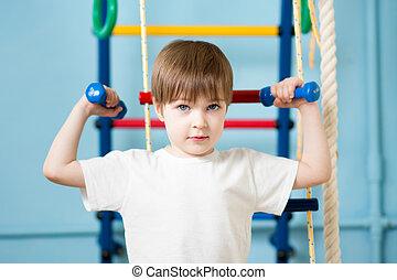 forte, criança, menino, exercitar, com, dumbbells