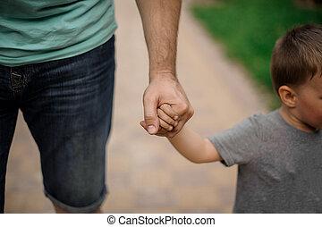 forte, pai, passe segurar, um, pouca mão, de, seu, filho