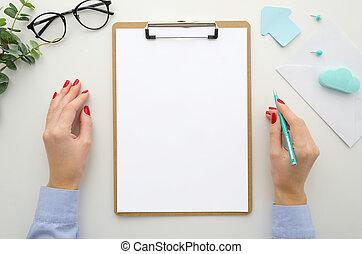 fortsetzen, geschaeftswelt, größe, lipboard, envelope., schablone, freigestellt, ansicht, buero, mockup, mã¤nnerhemd, buero, oberseite, wohnung, lay., vorräte, pen., hält, vertrag, frau, schriftsatz, blaues, form, berichte, a4, brille, weißes