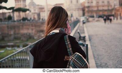 forum., marche, femme parler, italy., rome, sur, téléphone, romain, brunette, pendant, girl, dit, voyage