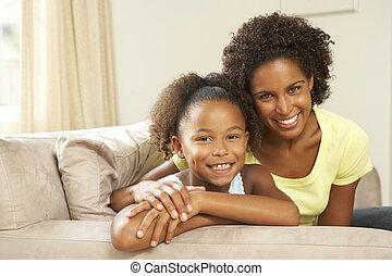 fostra och dottern, avkopplande, på, soffa, hemma