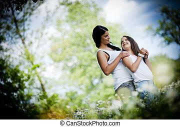 fostra och dottern, i parken