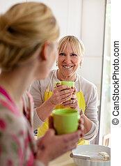 fostra och dottern, talande, supande kaffe, in, kök