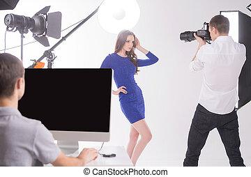 fotógrafo, e, modelo, em, studio., homem jovem, fotografar,...
