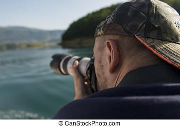 fotógrafo, em, natureza, fazendo exame retratos, para, um, bonito, lago