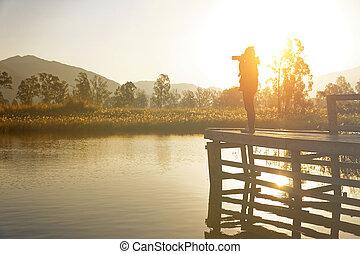 fotógrafo, levando, jovem, fotografias