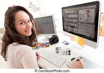 fotógrafo, mujer, joven, procesamiento, cuadros