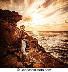 fotógrafo, mulher, litoral, rochoso
