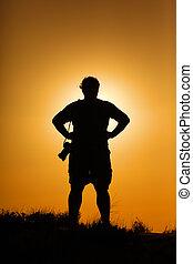 fotógrafo, silueta, en, ocaso