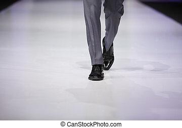 fot, av, manlig, modell, in, grå, byxor, och, svart, skor, på, catwalk