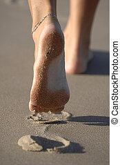 fot trycker, i sandet, avsked, bara, minnen
