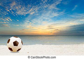 fotboll, strand, skymning