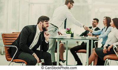 foto, av, basa, på, den, bakgrund, av, den, handslag, mellan, den, workplace, in, a, nymodig, kontor
