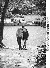 foto blanquinegra, de, pareja joven, enamorado, besar, en, río