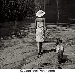 foto, de, a, mulher caminhando, com, pônei