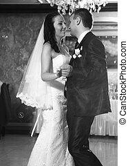 foto, de, feliz, recién casado, emparéjese bailando, en, restaurante