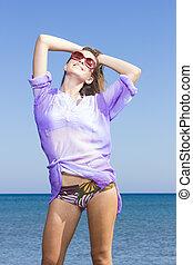 foto, de, un, mujer joven, por, el, mar