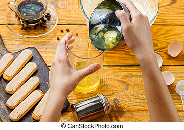 foto, di, cottura, tiramisu, mani umane, biscotti