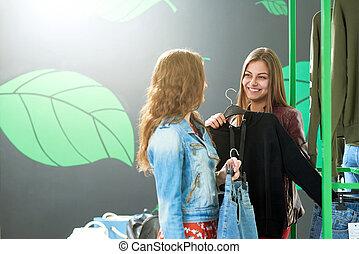 foto, di, due amici, scegliere, jeans, durante, shopping.