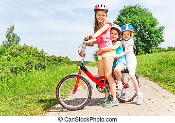 foto, flickor, cykel, tre, sittande