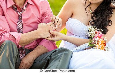 foto, giovane, mano, sposa, mettere, fede, sposi