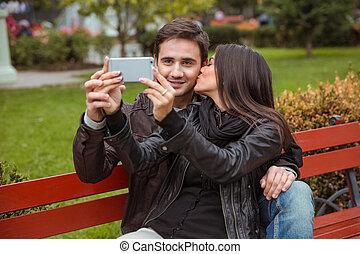 foto, par, banco, ao ar livre, fazer, selfie