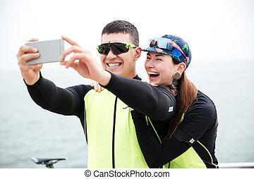 foto, par, ciclistas, alegre, fazer, selfie