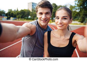 foto, par, jovem, estádio, fazer, selfie