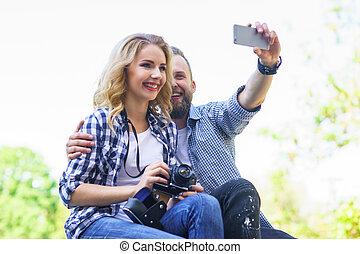 foto, par, outdoor., jovem, fazer, selfie, amando