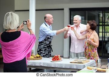 foto, presa, donna, festa, più vecchio
